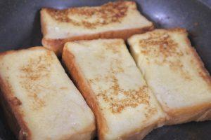 卵液を染み込ませた食パンを焼いている